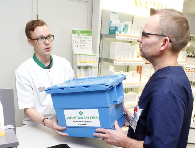 EIJA HILTUNEN, Ilomantsin apteekissa farmaseutti Iiro Jäppinen ja kotihoidon hoitaja Reima Leinonen.