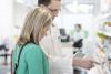 Allergialääkehyllyllä vieraillaan nyt usein – Lääkäri painottaa ohjauksen merkitystä