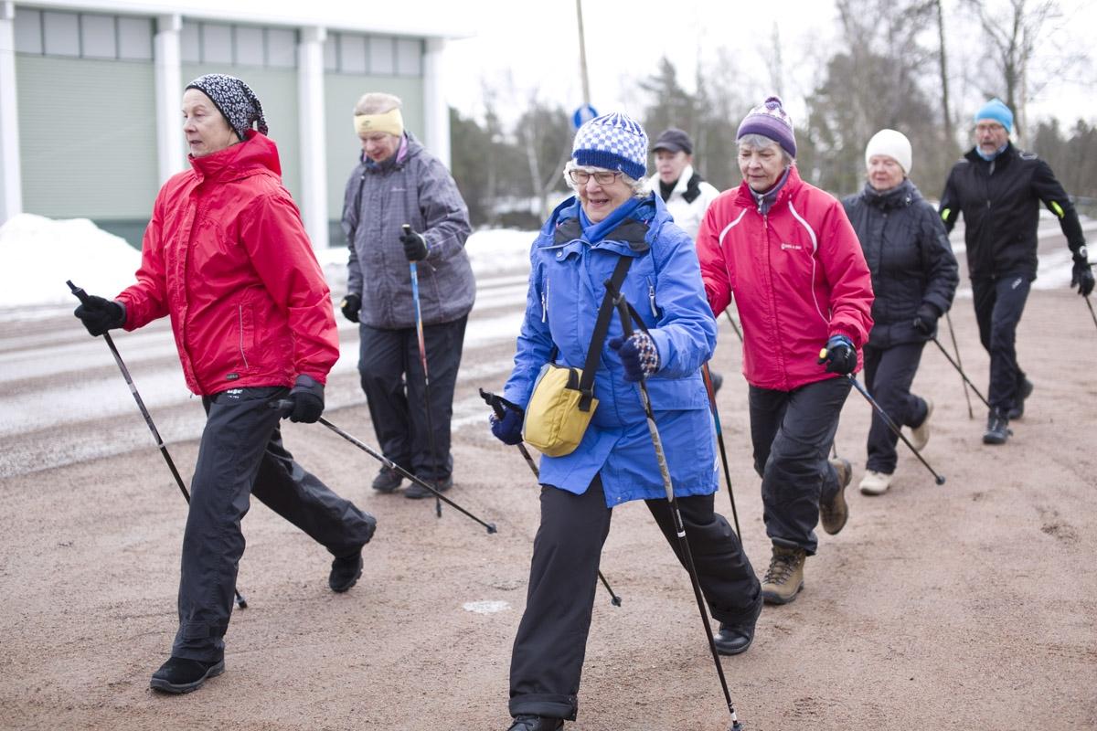 SOFIA VIRTANEN, Keski-Kotkan apteekin liikuntaryhmä harjoittelemassa kevällä 2015. Lisää versioita Meidän Apteekin kansiossa 2/2015.