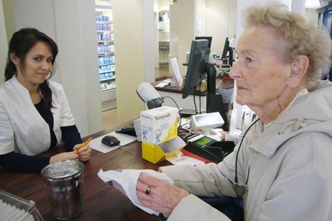 Tanskan apteekki, Asiakas Inge-Marie Busch varmistaa, että farmaseuttiopiskelija Yasmin Ullah on antanut oikeat lääkkeet. Kuva: Annukka Oksanen